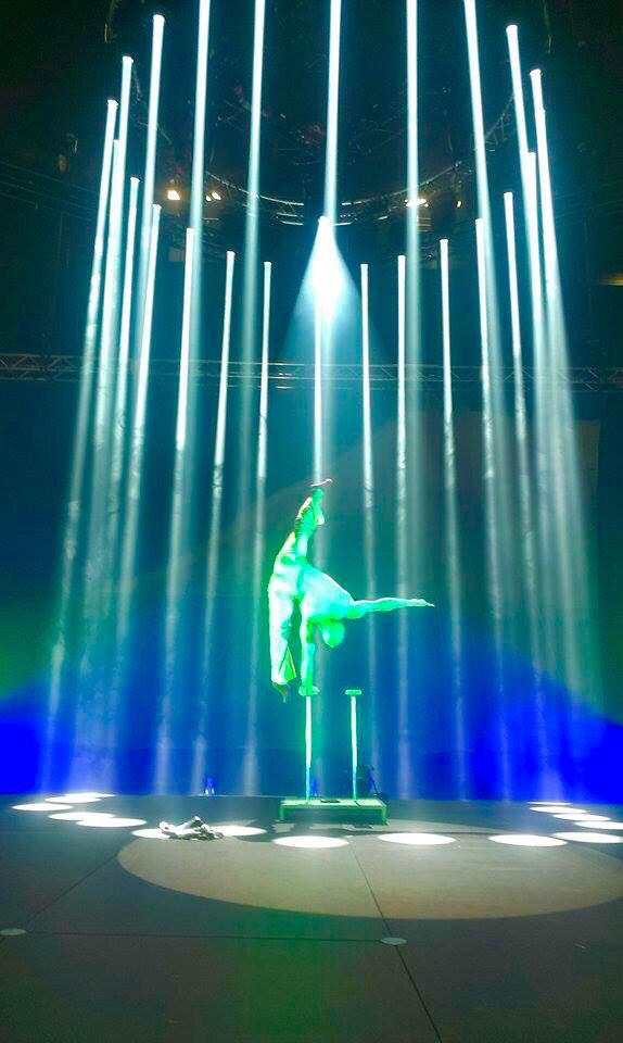 Handbalancing trapped in to the lights ... #cirque