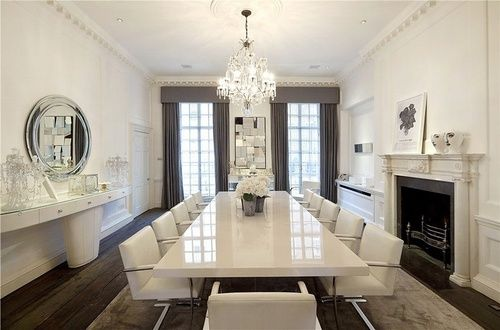 Witte eettafel met witte stoelen