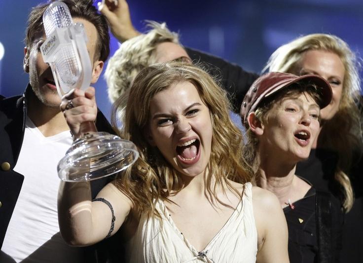 De Deense Emmelie de Forest viert dat ze met haar nummer Only Teardrops het Songfestival heeft gewonnen.