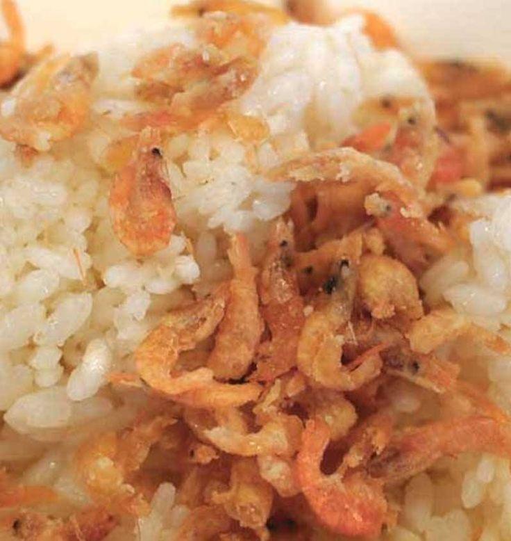 """RISOTTO COI SALTAREI tipico Mantovano """"saltaréi"""" sono gamberetti grigi di fiume che si pescano nelle risaie mentre """"saltellano"""" quando l'acqua viene asciugata; diventano rosa quando si friggono poi vanno mescolati al riso vialone nano cotto, con i chicchi asciutti e sgranati. Il risotto è quello base per tutti i risotti tipici mantovani ovvero: non mantecato, ma sgranato, non cotto nel brodo, ma nell'acqua che viene tutta assorbita #CarnevaliLuigi https://www.facebook.com/IlBuongustaioCurios"""
