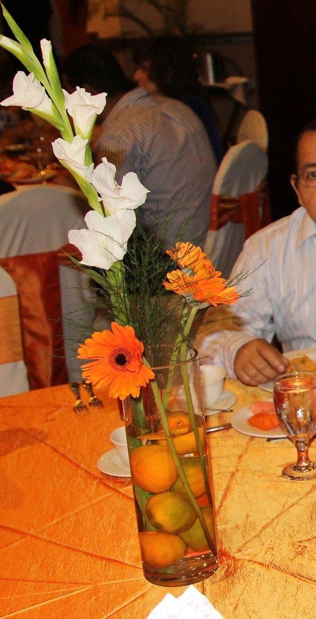 Centro de mesas naranja con mandarinas, gladiolas y gerberas. Se miraban bellos.  #wedding #boda
