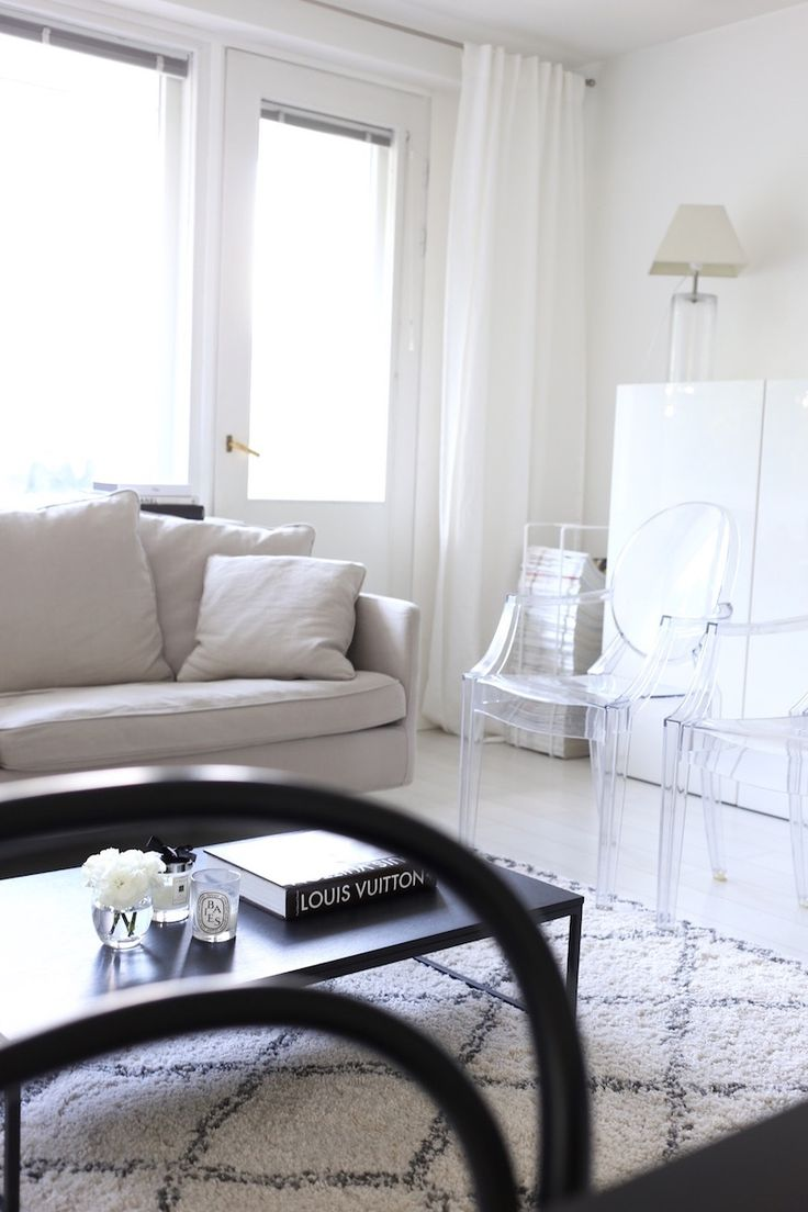 Homevialaura   livingroom   Kartell Louis Ghost   Boknäs sofa   Ellos Tanger carpet