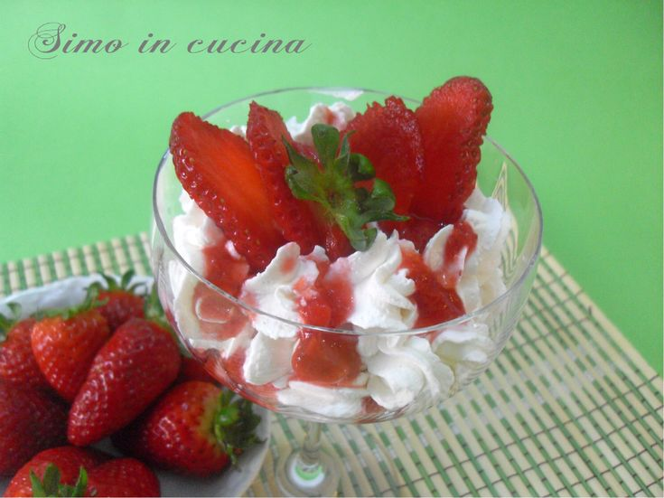 un delizioso dessert alla ricotta con salsa di fragole