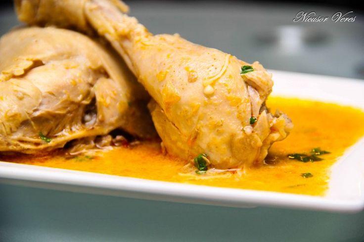 Tocanita Din Pulpe De Pui o reteta culinara deosebit de gustoasa si usor de preparat.  Tocanita din pulpe de pui se incepe astfel : se taie pulpele in doua, se