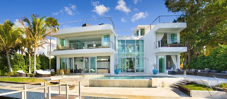 Villa valentina 30 spectacular modern glass facades for Glass house luxury villa