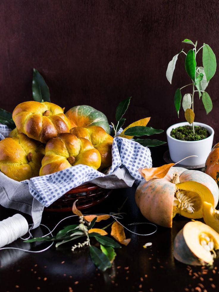 Внешний вид раскрывает главный ингредиент - тыкву. Булочки не сладкие, они яркие не только внешне: тыкву отлично дополняют различные пряности и специи. Они придутся кстати и к наваристому супу, и просто к чаю.