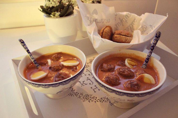 Hjemmelaget tomatsuppe med egg og kjøttboller