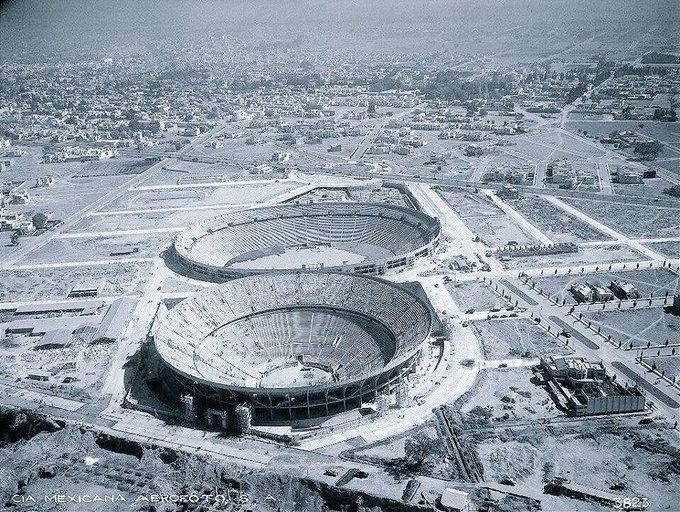 Imagen aérea de la Plaza México y el estadio Azul, tomada en 1946 y prácticamente rodeados de terrenos baldíos aun sin mayores construcciones.