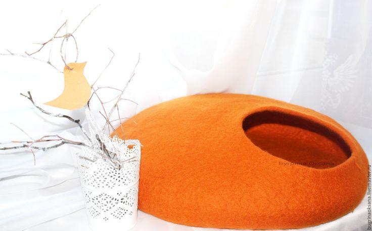 Купить или заказать Домик для кота из овечьей шерсти 'Оранж' в интернет-магазине на Ярмарке Мастеров. У каждой кошки должен быть дом! :) Теплый, уютный, красивый, натуральный, экологичный ... одним словом - такой! Стильный и красивый домик для кошки ручной работы. Дизайн домика и декор может быть и другой: при изготовлении учту пожелания заказчика. Окончательная стоимость домика будет з…