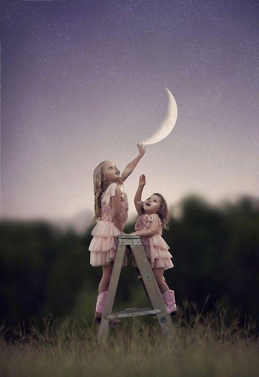 Z księżycem w tle