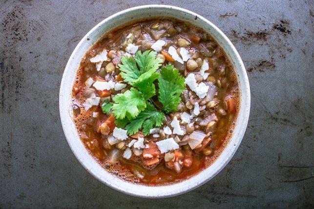 Te propongo esta sopa vegana de lentejas estofadas hecha con las sobras de tu nevera
