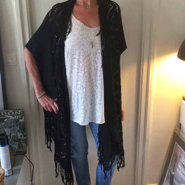MES DEMOISELLES… Gilet KATARINA noir 60% viscose 40% coton.  Cardigan en crochet et entièrement frangé sur les côtés. Sympa à enfiler cet été sur un maillot de bain.  Hauteur max 112vm Largeur 83cm.