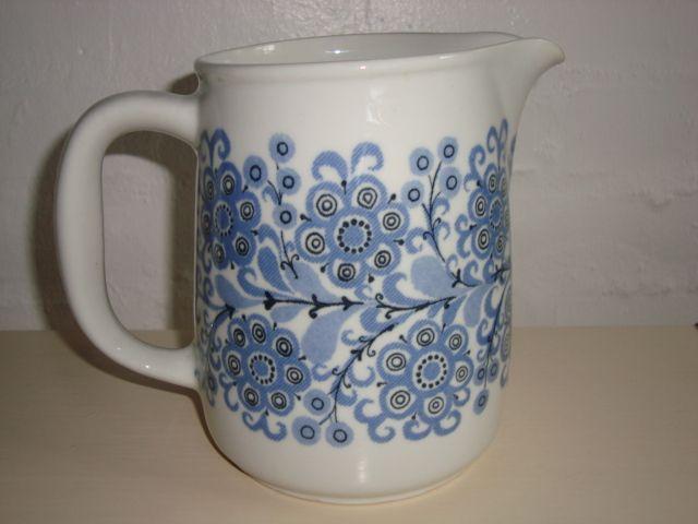 ARABIA jug/kande 1960s designed by ESTERI TOMULA. #Arabia #jug #kande. From www.TRENDYenser.com. SOLGT.