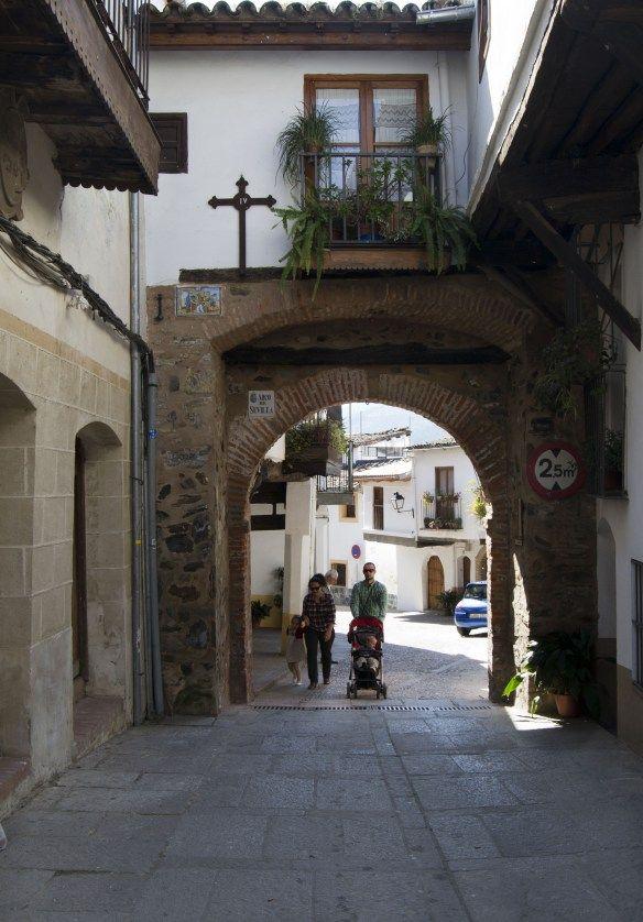 La Puebla de Guadalupe poseyó muralla y una de sus entradas es la llamada Puerta de Sevilla. Sigue a los autores de la foto en Twitter: @DescubreIberia