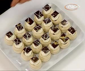 La video ricetta dei cestini di meringhe di Luca Montersino, piccoli dolcetti mignon al sapore di caffè. http://www.alice.tv/pasticcini-biscotti/video-ricetta-cestini-meringhe