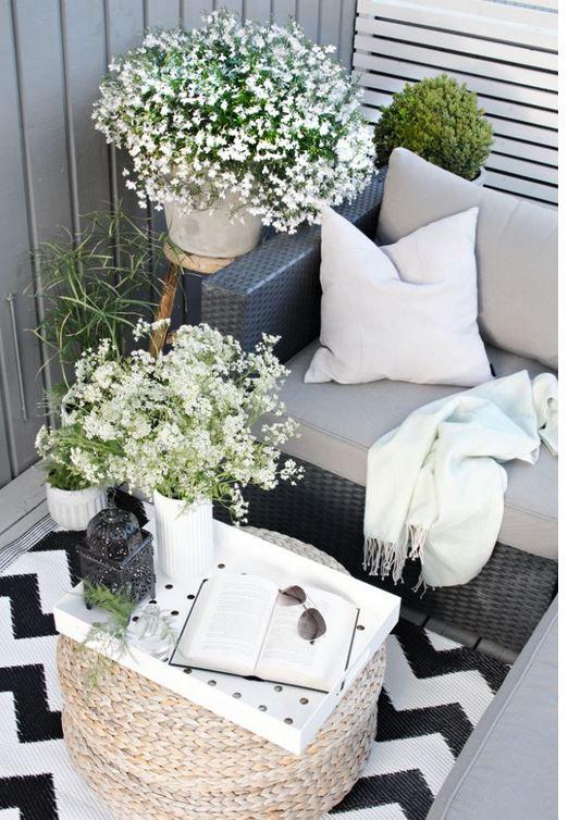 Güzel bir kanepe, örgü sepet modeli ile balkonunuzu mükemmelleştirin. Birkaç balkon bitkisi ile de balkonuzu hem şık gösterebilir hem de dağ evi havası verebilirsiniz.