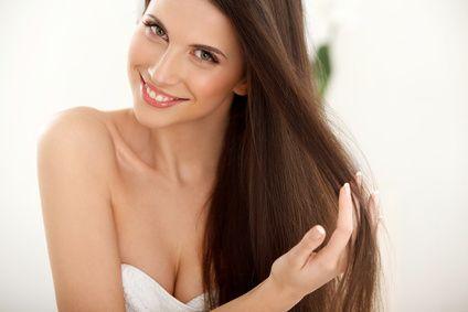 """Pflegendes Kokosöl-Haarshampoo selbst herstellen - So einfach funktioniert es! Ideal für jeden Haar- und Kopfhauttyp. Man sollte bevorzugt auf Haarshampoo mit rein natürlichen Inhaltsstoffen setzen, welche die Haare von Schmutz und Pflege-Rückständen befreien, die pflegen und glätten und trotzdem die Kopfhaut """"atmen"""" lassen."""
