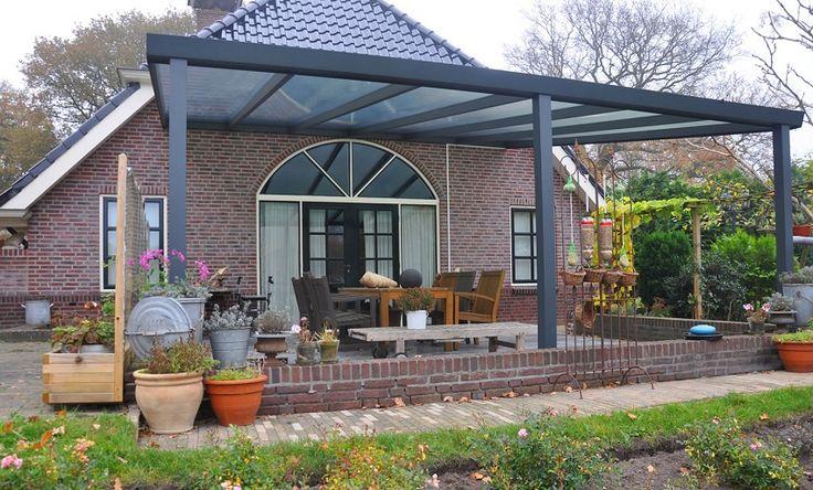 Вход в дом накрыт широким козырьком-навесом из листового поликарбоната