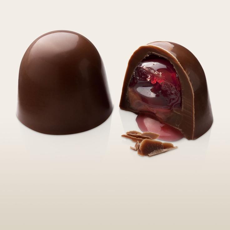 Cerise. Chocolate leche, cereza y brandy. Casquillo de chocolate leche, relleno con crema de brandy, crema de chocolate, licor de cerezas y una cereza confitada....una delicia.