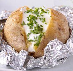 Aquí tienes la receta tradicional y en microondas para preparar patatas asadas y muchas ideas para acompañar con salsas a tu gusto.