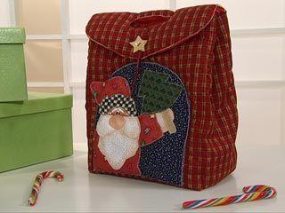 Aprenda a fazer uma linda bolsa para o Natal utilizando tecido e muito de sua criatividade. Confira!