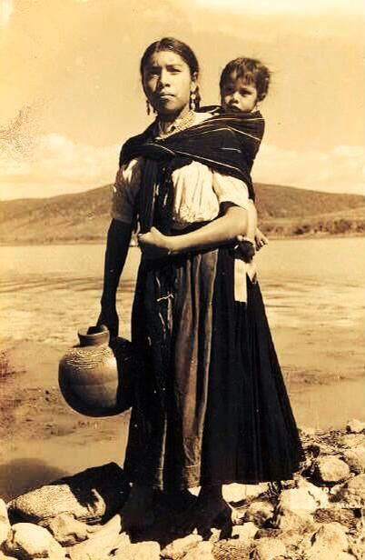 Mujer en el Lago de Pátzcuaro, Michoacán.-1945