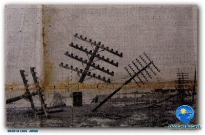En la carretera de Cádiz a San Fernando numerosos postes de teléfono y electricidad cayeron al suelo. Esta imagen se repitió en muchos otros puntos de la provincia (Foto Juman, Diario de Cádiz)