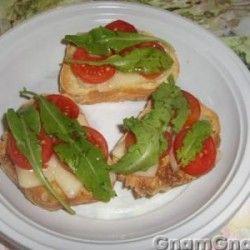 Bruschette con asiago, pomodorini e rucola