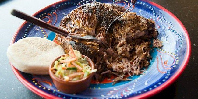 Pulled Pork Pulled pork is een traditioneel Amerikaans gerecht voor op de BBQ. Je kunt het vlees ook prima in de oven bereiden. Gaar het varkensvlees langzaam bij beperkte temperatuur totdat het zo zacht is dat je het met twee vorken uit elkaar kan trekken (pullen).