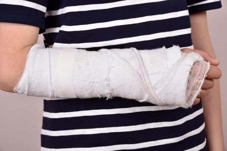 5 Things to Avoid After Surgery from a Broken Wrist  Skyline Health Group 818-922-7755 http://www.skylinechiro.com Facebook: http://www.facebook.com/skylinehg Twitter: http://twitter.com/skylinehg  #broeknwrist #coldtherapy #vannuys