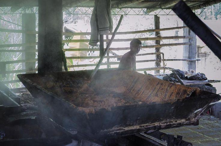La Virgen de Quipile, Colombia  Ph: Daniela Rojas Vizcaíno @nani_rouge / Tejiendo Memoria  En los trapiches paneleros de Cundinamarca, Colombia, se realiza un proceso de elaboración totalmente artesanal. Muchas han cerrado y han dejado de producir debido al conflicto armado. Son pocas las que aún se mantienen y siguen trabajando en la producción de panela.  La panela es un alimento que posee un gran número de propiedades nutricionales. Colombia es el segundo productor mundial. Se realiza a…