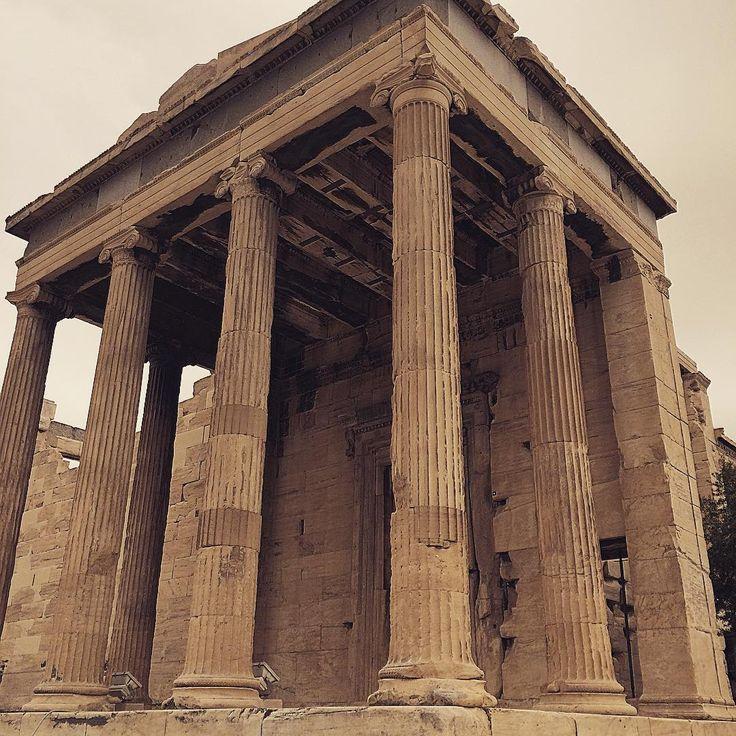 M.Ö. 4yy'da tanrıça Athena adına yapılmış Attica Ion düzenindeki tapınak Erechtheion, Acropolis içinde Parthenon'la birlikte en önemli iki yapıdan birisi. #erechtheion #acropolis #atina  #parthenon #travel #photooftheday #photography #europe #uzaklaryakin  #gezi #traveling  #citylife #photographers_tr #greece #awesomeearth #seyahat #gezgin #macera #yolculuk #cokgezenlerkulubu #aniyakala #turkishfollowers #fotografheryerde #objektifimden #yol #geziyoruz #gezinti #instatravel #travelgram…