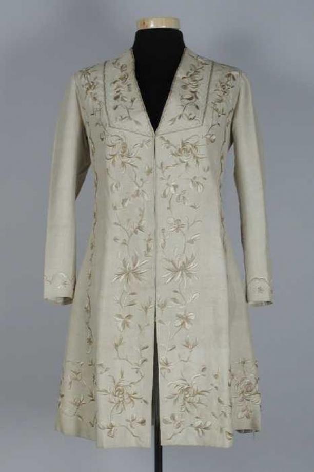 Vierdelig wandelkostuum: mantel van beige zijde met handgeborduurde bloemmotieven, ranken en schulpen in bruintinten in platsteek | Modemuze