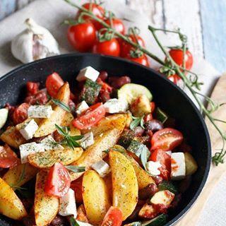 Eins eurer liebsten Rezepte auf dem Blog ist eindeutig diese Kartoffelecken-Pfanne mit Kidneybohnen, Zucchini, Tomaten und Feta. Früher habe ich die immer als Fertigpackung gegessen, aber jetzt kommt sowas nicht mehr auf meinen Teller. In 30 Minuten habt ihr euch das ganz einfach selbst gekocht. Mit Bohnenkraut verfeinert, schmeckts besonders gut. 😍🤤 #foodinspo#rezepte#rezeptidee#kptncook @kptncookapp…