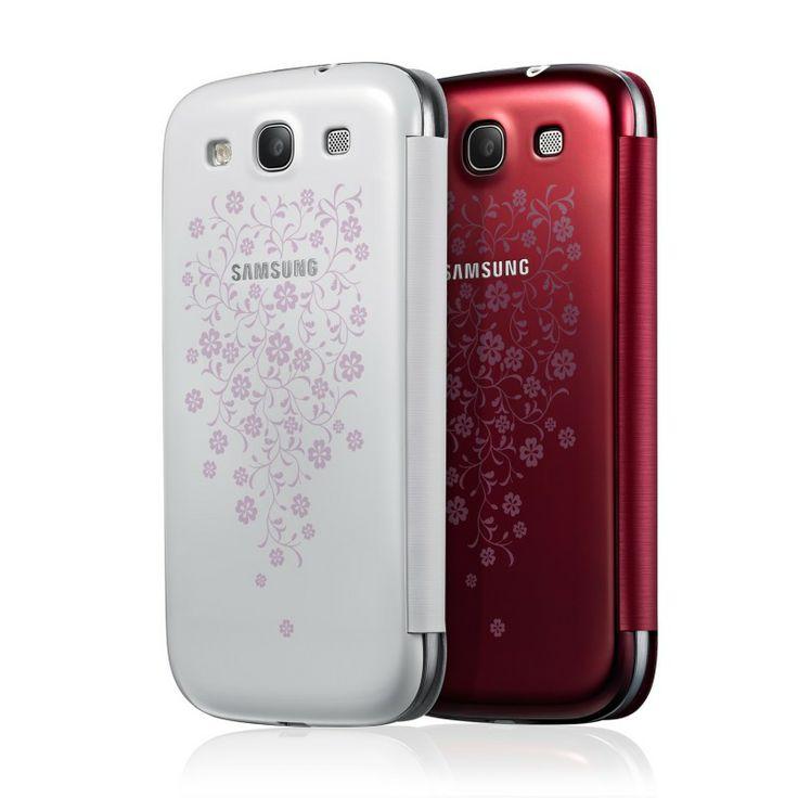 Samsung Galaxy SIII Flip Cover La Fleur - Specjalna edycja topowego modelu etui z klapką marki Samsung. Flip Cover ma za zadanie chronić telefon, nie dodając mu przy tym objętości. Kwiatowe wzory, którymi ozdobiono tył etui dodają etui kobiecości, a Twój telefon staje się jeszcze bardziej spersonalizowany i osobisty.