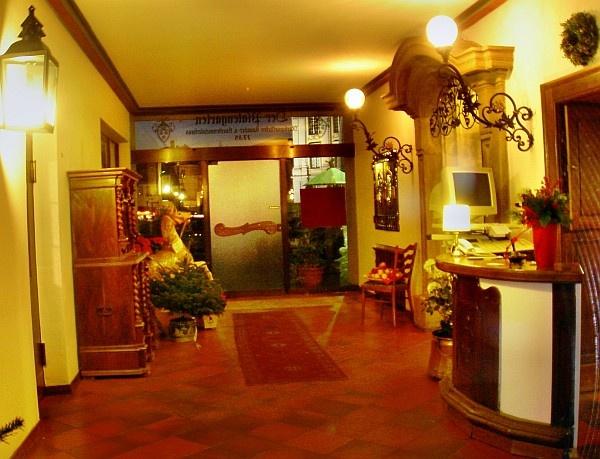 Hotelhalle, Blick zum Schloss, Hotel Platengarten  #hotel #ansbach #zentral  #romantisch #denkmal #historisch #hotelplatengarten hotel e charme....et comfort
