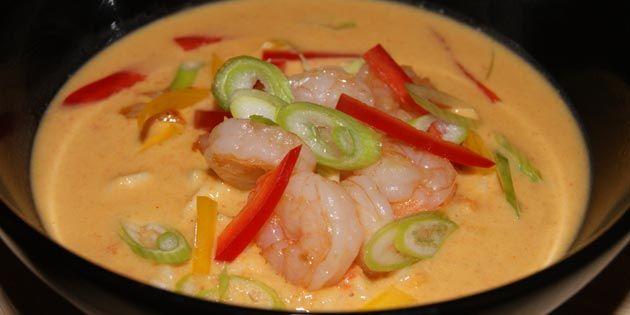 Nem og dejlig pikant nudelsuppe, hvor der ikke er sparet på godterne. Med både rejer, nudler og masser af grøntsager kan den snildt serveres som hovedret.