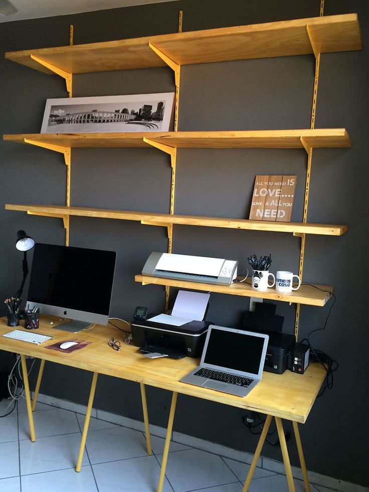 Home Office com instalação de trilhos, suportes para prateleiras, tábuas e cavaletes para pé de mesa.