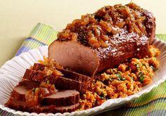 Lagarto com farofa de cenoura Ingredientes: . 1 peça de lagarto (1 kg) . 5 dentes de alho espremidos . Sal e pimenta-do-reino a gosto . 2 folhas de louro . 2 xícaras (chá) de vinho tinto . ¼ de xícara (chá) de óleo . 2 xícaras (chá) de caldo de carne . 3 cebolas…