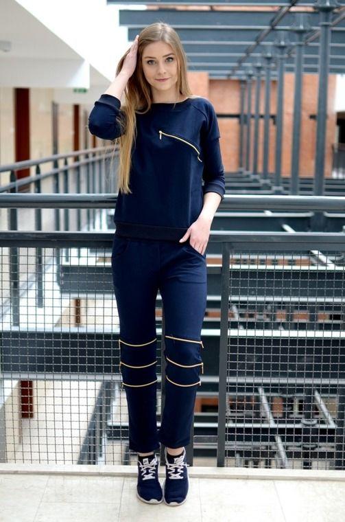 Niezwykle wygodny komplet z ozdobnymi ekspresami, składający się z: długich, prostych spodni z dwiema kieszeniami oraz bluzy wciąganej przez głowę. Oryginalnie zapakowane z kompletem metek. Wykonane z najlepszych materiałów. Modny design i niepowtarzalny wygląd.