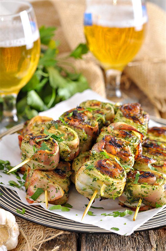 Весь секрет этих шашлычков в маринаде (кинза и чеснок – умопомрачительное сочетание!) и в сырокопчёном беконе, который придаёт мясу аромат и дополнительный…