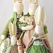 Купить или заказать Зайка текстильная Felice / Феличе в интернет-магазине на Ярмарке Мастеров. Очаровательная зайка Феличе с корзинкой весенних цветов. Сшита из хлопка, наполнена холлофайбером, одета в гороховое платье цвета топлёного молока, с множеством оборочек и рюшей, под платьем - хлопковые панталоны с кружевной отделкой. Наряд зайки дополняют салатовый плюшевый берет с помпоном и голубая ленточка в клеточку, кокетливо повязанная на шейке.