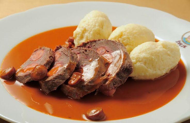 Frankfurtská hovězí pečeně   Hovězí pečeně frankfurtská   Ingredience:    1 kg hovězího roštěnce, 3 frankfurtské párky, sladká paprika, ...
