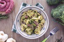 Le orecchiette con broccoli e salsiccia sono un primo piatto davvero gustoso che vede insieme due ingredienti spesso abbinati in maniera vincente: i broccoli e la salsiccia, qui uniti alle orecchiette per una ricetta succulenta! Questo formato di pasta è ideale per abbracciare il ricco condimento, per la sua consistenza e la tipica forma a conchiglia. Per rendere le orecchiette più saporite l'ideale è lessarle nella stessa acqua di cottura dei broccoli, che andranno solo scottati leggermente…