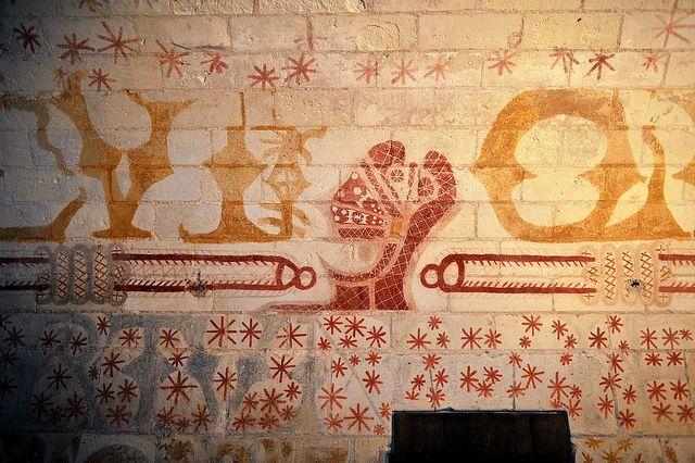 Peintures murales du cachot de Ludovic Sforza - Château de Loches: Ludovic Sforza, duc de Milan, est fait prisonnier en 1500 par le roi Louis XII lors des guerres d'Italie. Il est enfermé dans ce cachot de 1500 à 1508 et y meurt. Amateur d'art et ancien protecteur de Léonard de Vinci, il a orné son cachot de peintures murales