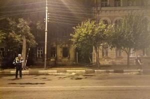 В центре Тамбова загорелся двухэтажный заброшенный дом.  В центре Тамбова загорелся двухэтажный заброшенный дом. Пожар вспыхнул в деревянном строении расположенном на углу улиц Карла Маркса и Комсомольской. На место происшествия была направлена одна пожарная бригада которая сразу приступила к тушению и не допустила распространения огня на соседние жилые дома. Справиться с бушующей стихией огнеборцам удалось спустя полчаса. Затем они приступили к разбору завалов. В это время сотрудники ГИБДД…