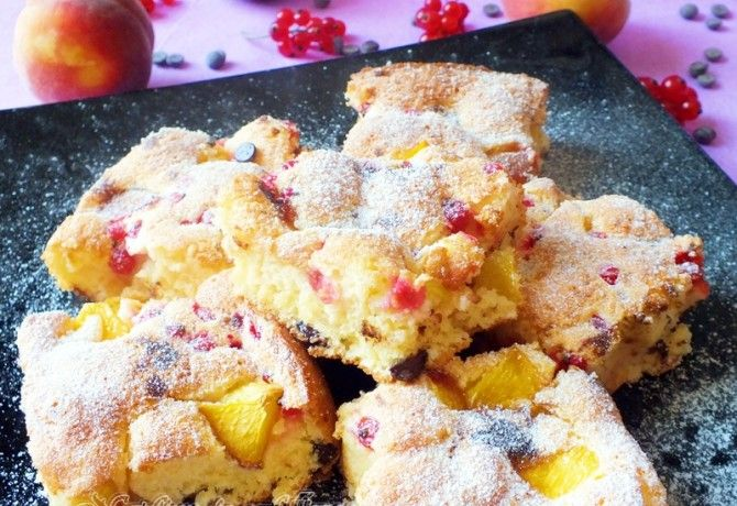 Őszibarackos-ribizlis kevert süti recept képpel. Hozzávalók és az elkészítés részletes leírása. Az őszibarackos-ribizlis kevert süti elkészítési ideje: 35 perc