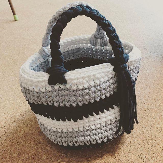 黙々と作る#ハンドメイド の#bag #Tシャツヤーン すぐ完成するので短気な私も楽しく作れる。 #グレー #ホワイト #ネイビー #ボーダー #zpagetti  #ズパゲッティ
