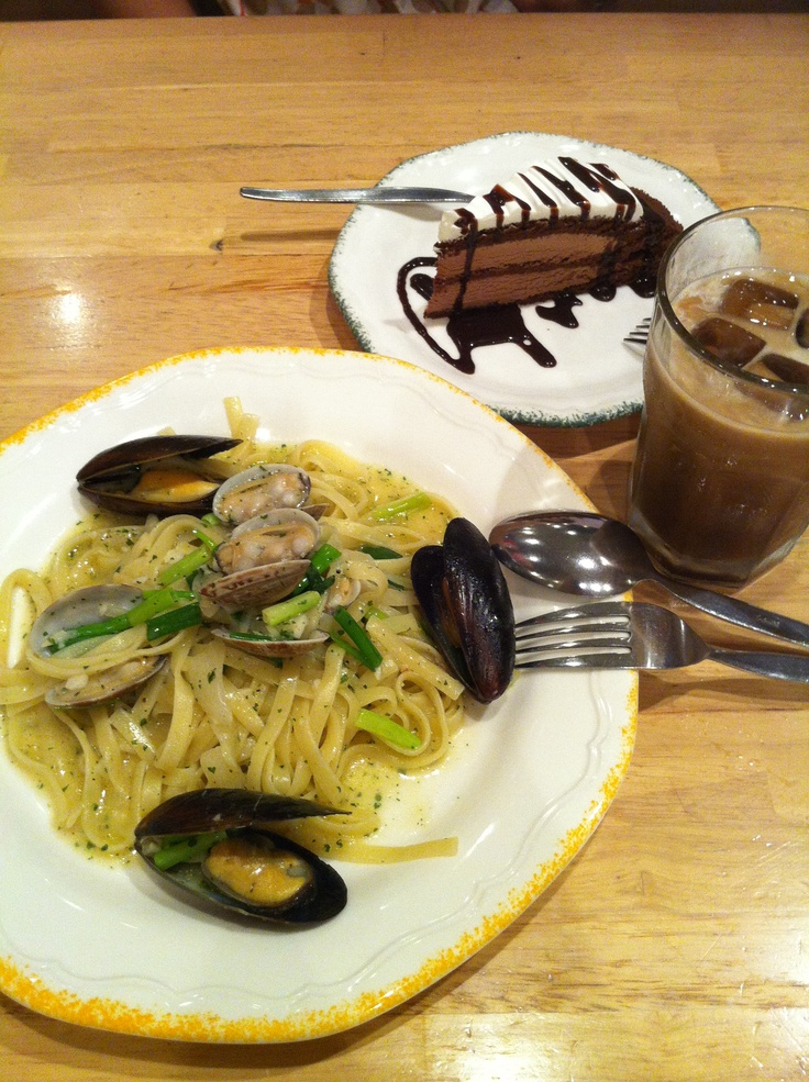 アサリとムール貝の生パスタにチョコレートケーキ