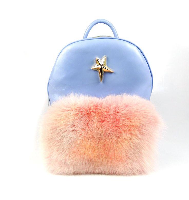 Accesoriu chic și funcțional, rucsacul de damă Mineli PastelStar este realizat din piele albastru-azulși stilizat cu blană de vulpe în culori pastelate.Acest model poate fi deopotrivăelegant și poate fi elementul statement ce dă personalitate unui outfitconstruit în jurul unui costum…